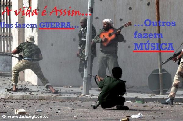 tocando violão no meio da guerra tiros armas música