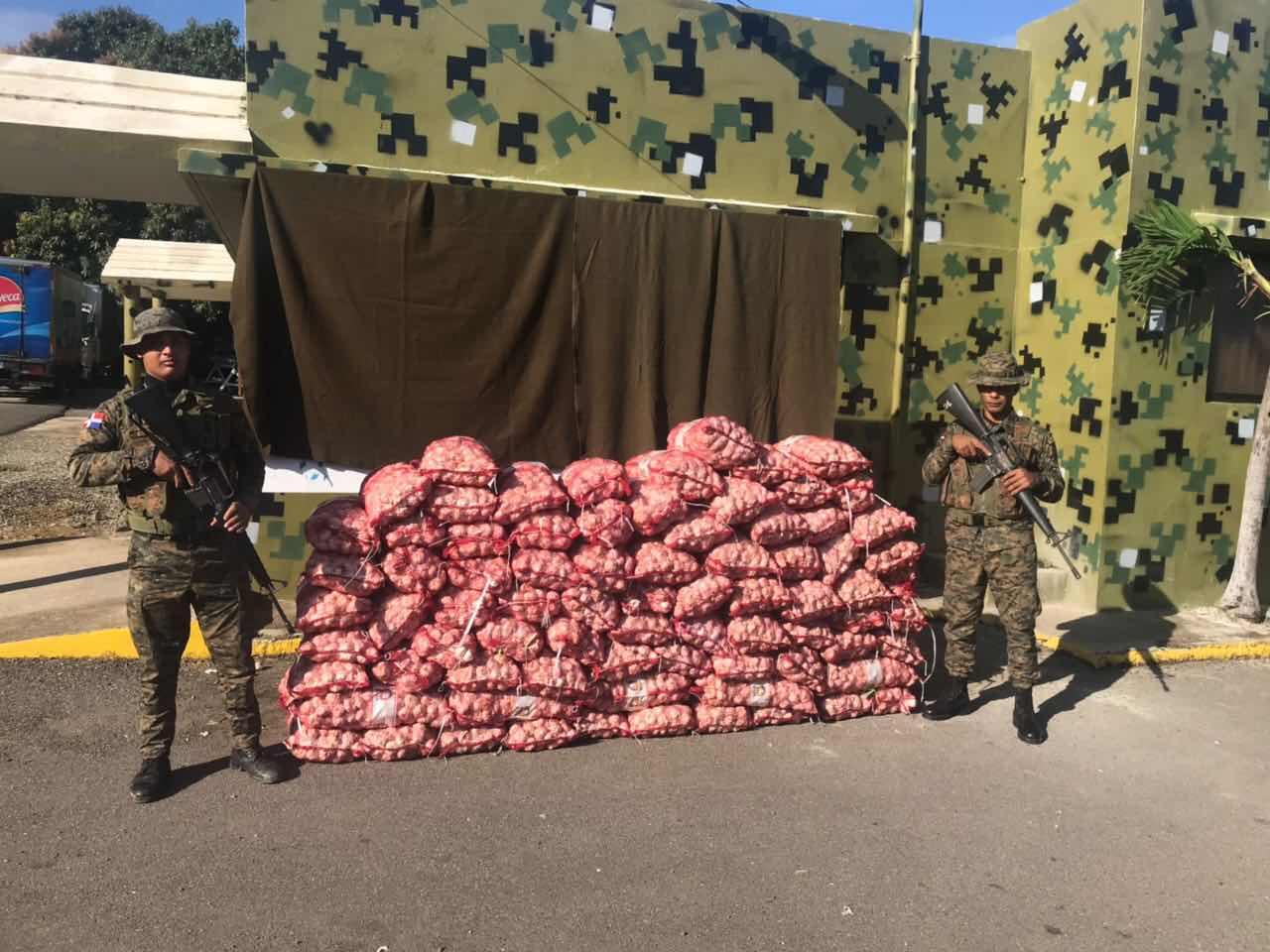 Otro golpe al tráfico ilegal: Miembros de la 4ta Brigada del Ejército incautan 83 sacos de ajo en Villa Vázquez.