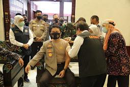 Kapolda Jatim dan Pangkoarmada II Laksanakan Vaksinasi di Makodam V Brawijaya