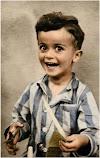 Un bambino di 4 anni sorride prima di finire nella camera a gas in una foto b/n restaurata a colori