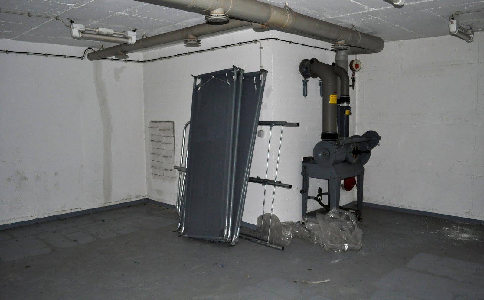 Grosser Raum mit Feldbetten und Luftaufbereitungsanlage
