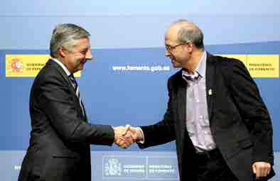 El ministro de Fomento, Jose Blanco, ayer,r junto al alcalde, F. Javier Esquembre