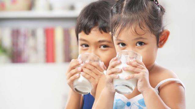 Anak minum susu untuk mendapatkan manfaat bakteri baik (probiotik)