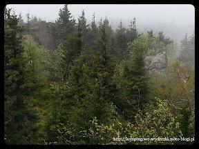 zdjęcie zdobione na punkcie widokowym Mała Ostra podczas mgły.