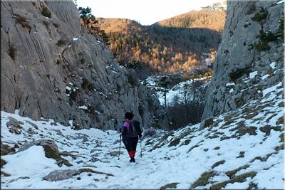 Descenso del Paso del Caballo, abajo esta el refugio de Linza