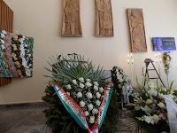 02 A kegyelet virágai és a Szent István Díj Alapítvány koszorúja.JPG