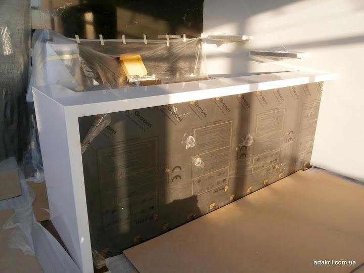 Готовая барная стойка с кварцевой столешницей. Вид спереди