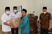 Usai Laksanakan Solat Jum'at Bupati Lahat Berikan Bantuan Berupa Al-Qur'an