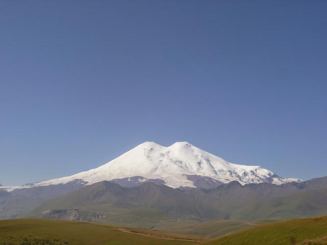 À 2000 m près de Khasaut (Karachaiévo-Tcherkessie) : vue sur la face Nord de l'Elbruz. 17 août 2014. Photo : J. Marquet