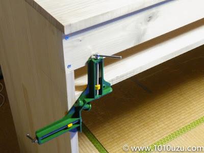 コーナークランプで棚板を固定