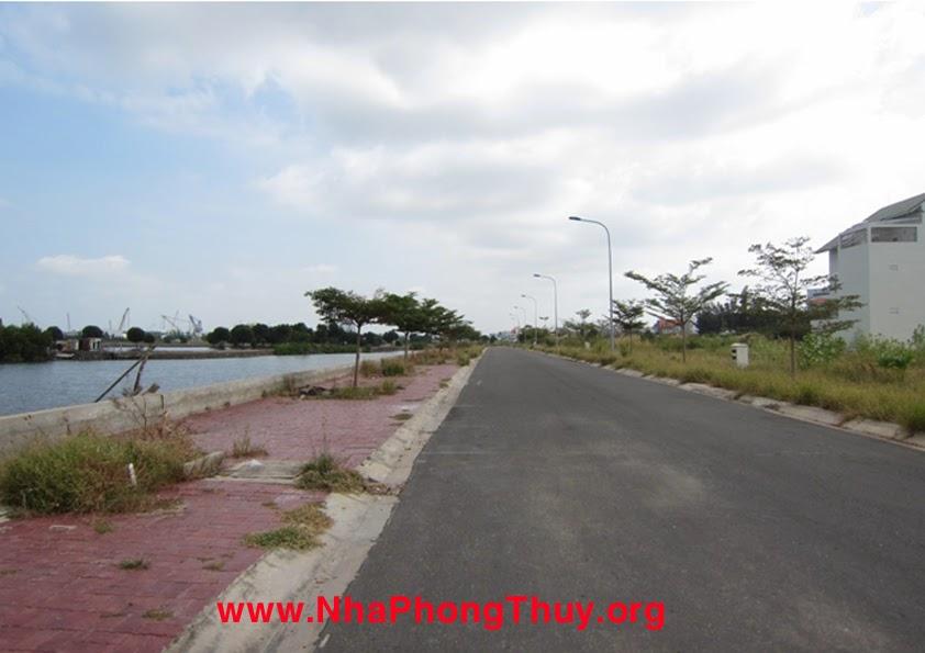 Đường dọc sông bến Đình, phía xa bên trái là cảng Dầu khí
