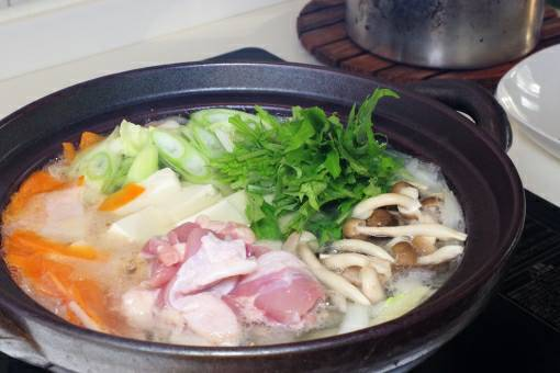 土鍋に入った野菜と鶏肉