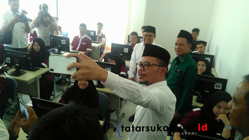Menaker Muhammad Hanif Dhakiritinjau BLK di Ponpes Sukabumi / Foto : Rqpik Utama (14/1/209)