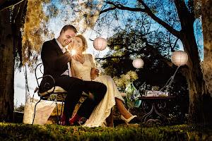 het bruidspaar zit in bosachtige omgeving op een bankje