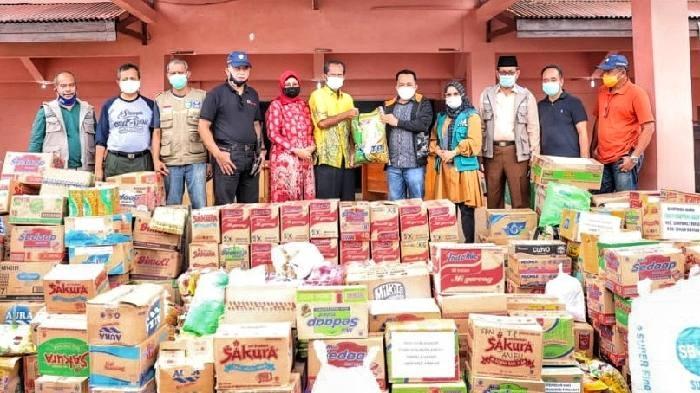 Sikap gotong-royong ditunjukkan pemerintah dan warga Tanah Bumbu, terkait musibah banjir yang melanda beberapa kabupaten di Banua.