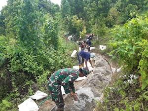 Wujud Peduli Serta Peran Babinsa Lancarkan Jalan Usaha Tani di wilayah Babinsa Lapolu.