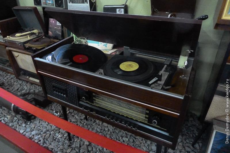 Проигрыватель грампластинок и радиоприемник в одном приборе