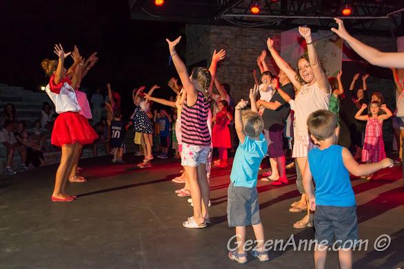 Bodrum Park Resort'un mini diskosunda dans ederken