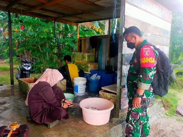 Jaga Potensi Laut, Babinsa Komsos Bersama Nelayan Di Kelurahan Tanjung Tengah