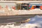 Mur de neige protégeant l'abribus.