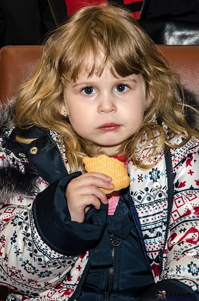 Совсем юная зрительница - с печенькой смотреть интереснее