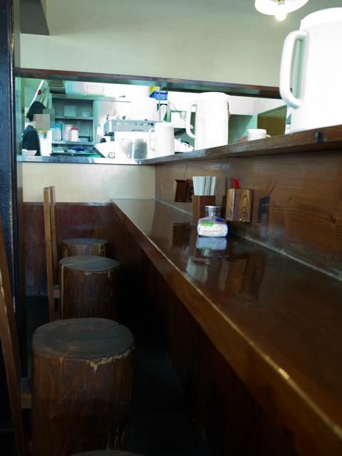 店内の木を使ったカウンター席と椅子