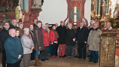 Eine stattliche Pilgerschar aus Neuenburg machte sich auf den Weg nach Bad Säckingen um die Fridolinkerze zu überbringen. Die Kerze ist dem früheren Stadtpfarrer Erwin Wasmer gewidmet.
