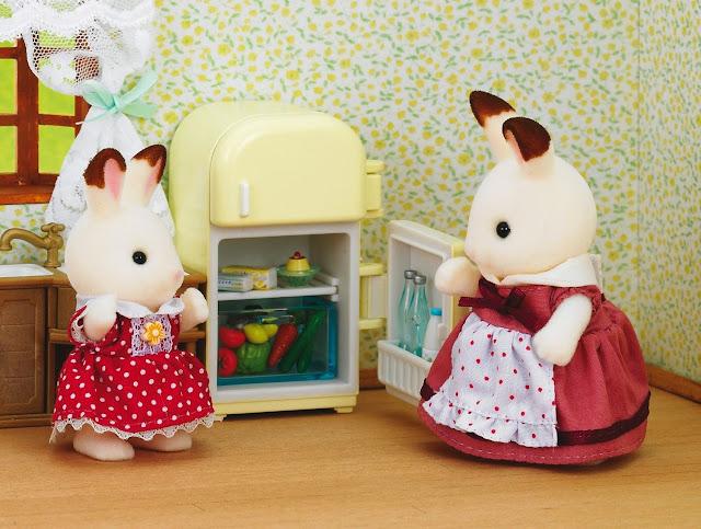 Thỏ mẹ hướng dẫn con gái sử dụng tủ lạnh