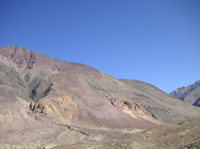 Le biotope de Parnassius autocrator (à près de 5000 m) vu depuis la vallée de la Sasyk. 29 juillet 2007. Photo : J. Michel