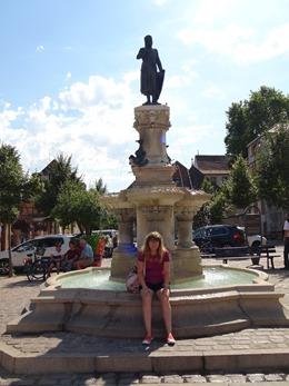 2017.08.23-028 Stéphanie devant la fontaine Roesselmann