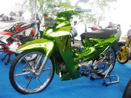 As experienced Agam Ahmadi (21) while thinking to change the look of daily motor, Honda Karisma 125 d, alerts 2005.