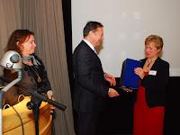 12 Pető Tibor és felesége gratulálnak Dedina Máriának.jpg