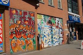 Графити - наверное, Монреаль можно назвать столицей графити - тут очень много стен им расписаны, особенно в центральной части города