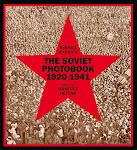 grote massa van bovenaf gezien met rode Sovjetster waarin de tekst staat