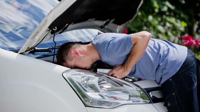 Memeriksa mesin dan kap mobil