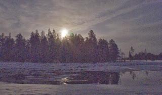 Månen speglar sig i båthusforsen