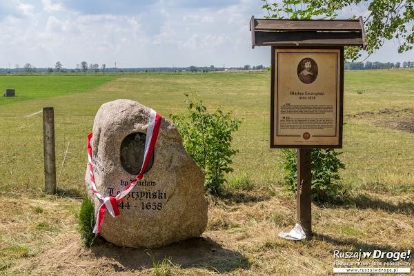 Biskup Warmiński Wacław Leszczyński - obelisk na trakcie biskupim w Bałdach
