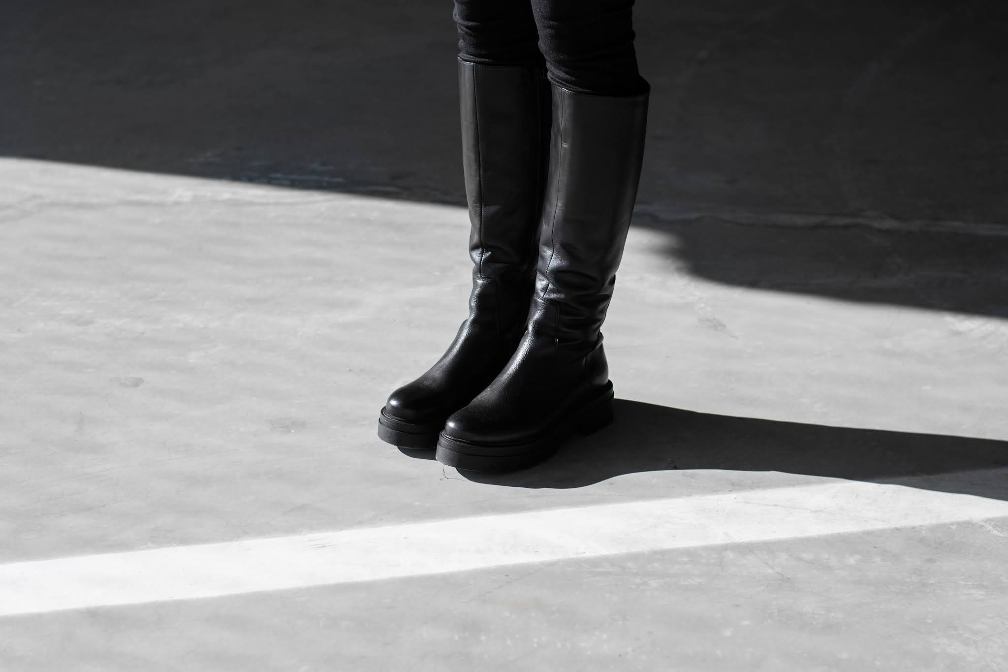 Sacha shoes, black boots, all black outfit, boyfriend blazer, levi's miles high, weekday cropped sweatshirt