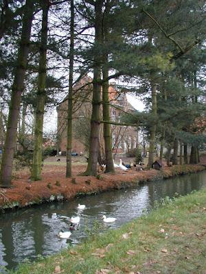 1647: Olmen. Het poortgebouw en de twee kleine tiendschuren vormen één geheel. De gracht zorgde voor bescherming+vis.