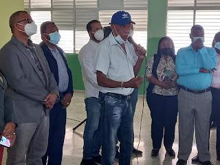 Director del Distrito 01-03 se reúne con padres y tutores del Politécnico Ramón Oviedo de Palmarito.