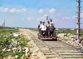 Прокудин-Горский едет по рельсам Мурманской железной дороги на дрезине у Петрозаводска, вдоль Онежского озера в 1910 году