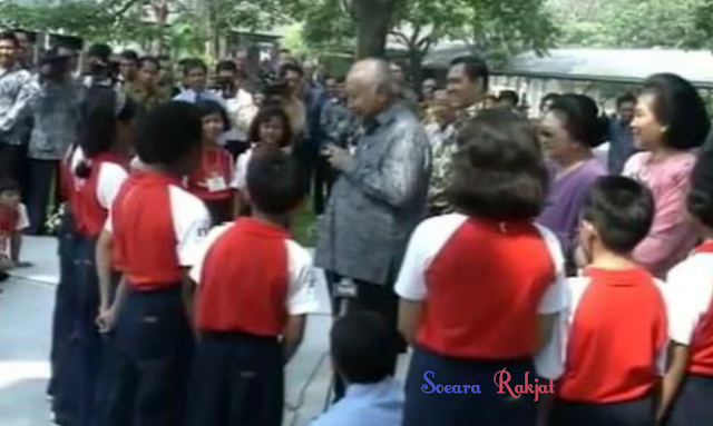 Soeharto dan para siswa sekolah