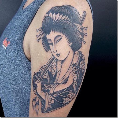 tatuaje_de_geisha_en_tonos_de_gris_en_el_brazo