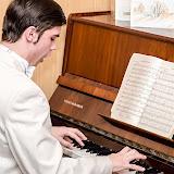 Константин Мустафаев исполняет песню для гостей