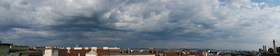 Das aktuelle Wetter in Wien-Favoriten am 23.07.2015  Gestern wurde der Jahresrekord mit 38.4°C eingestellt und auch die Allzeit wärmste Nacht mit 26.5°C vor 2 Wochen wurde heute eingestellt. Nimmt man aber den Zeitraum von 18:00 bis 6:00 Uhr, dann gibt es mit 30.3°C einen neuen Rekorddurchschnittswert.  Am heutigen Donnerstag geht es drückend schwül weiter und es wird erneut heiß! Mit bis zu 33 oder 34 Grad dürfen wir am Nachmittag rechnen. Beständig bleibt das Wetter jedoch nicht, denn es drohen ab Mittag jederzeit Regenschauer und Gewitter, die durchaus heftig ausfallen können mit Starkregen und heftigen Windböen. So werden auch die Regenprognosen von den Wettermodellen unterschiedlich berechnet, zwischen 6 und 15 l/m² geht die Spanne.  Schon um 8:45 Uhr sieht der Himmel Richtung Westen bedrohlich aus bei aktuellen 29.2°C und einem Taupunkt von 18.1°C.  Weitere Informationen zum Tag sowie Wetterimpressionen: http://weatherman68.info/2015/07/23/das-aktuelle-wetter-in-wien-favoriten-am-23-07-2015/  #wetter  #wien  #wetterwerte  #favoriten  #hitzewelle  #sommer2015