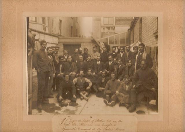 Una imagen de la tripulación del vapor Virgen de Lourdes tomada en The Sailors' Home, de Yarmouth. Maritime Heritage East.jpg