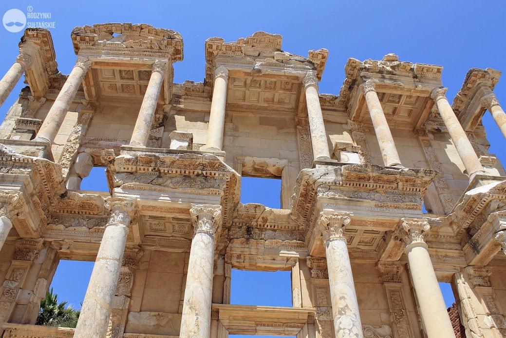 Biblioteka Celsusa. Warto zwrócić uwagę na płaskorzeźby, zdobiące sufity kolejnych pięter.