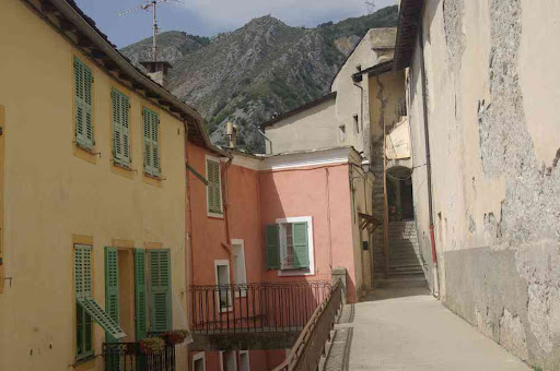 Saorge, près de l'église Saint-Sauveur
