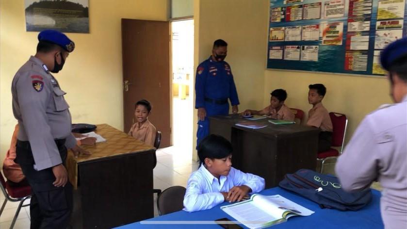 Satpol Air Polres Sergai Fasilitasi Belajar Pelajar SMP Daerah Terpencil Pesisir