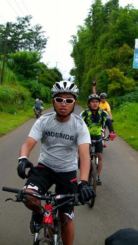 Waktu pulang pastinya melalui jalan turunan untuk menuju ke Kota Malang. Inilah kelakuan kami di jalan, NARSIS :))